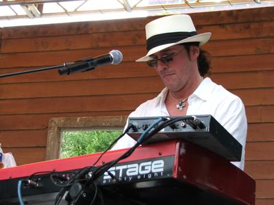 Grooveshaker keyboardist