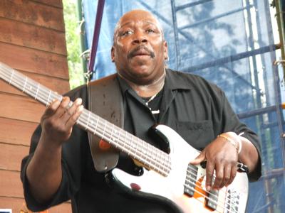 Grooveshaker bassist